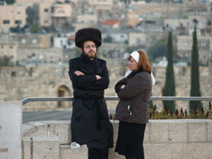 512px-Orthodox_couple_on_Shabbat_in_Jerusalem_2_by_David_Shankbone